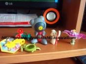 набор мелких игрушек, в основном киндеры