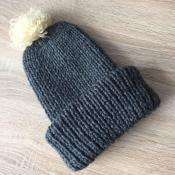 Вязаная шапка ручной работы серого цвета полушерсть со съемным помпоном и двойным подворотом