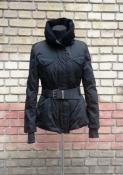 Пуховая куртка от французского бренда Marithé et François Girbaud, с легким капюшоном.