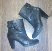 Черные кожаные  демисезонные ботинки на каблуке - 39/6 размер