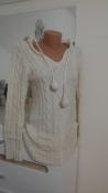 Теплая белая вязанная кофта с капюшоном и карманами