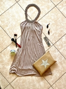Соблазнительное платье мини с шейкой-колье, благородный беж