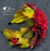 Обруч с алыми цветами и осенними листьями