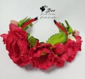 Обруч с красными цветами и ягодами клубники