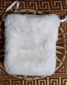 Белая меховая сумочка-косметичка.